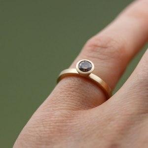 lena_jerstrom_ring_kaffediamant_diamant_guld_vigselring_enstensring